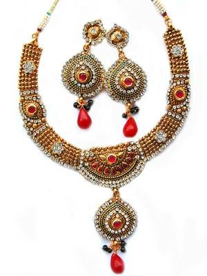 Maayra Golden Pretty Necklace Set
