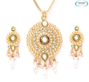Fabulous fashion pendant set