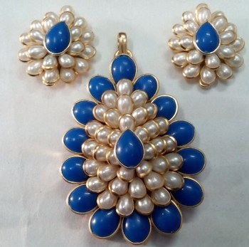 White and Blue pachi pendent with earrings