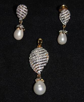 Pearl Pendent Set
