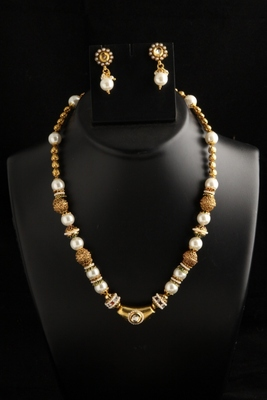 Stylish polki small pendant with big pearl mala/necklace set