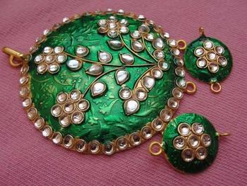 Green enamel pendent with earrings